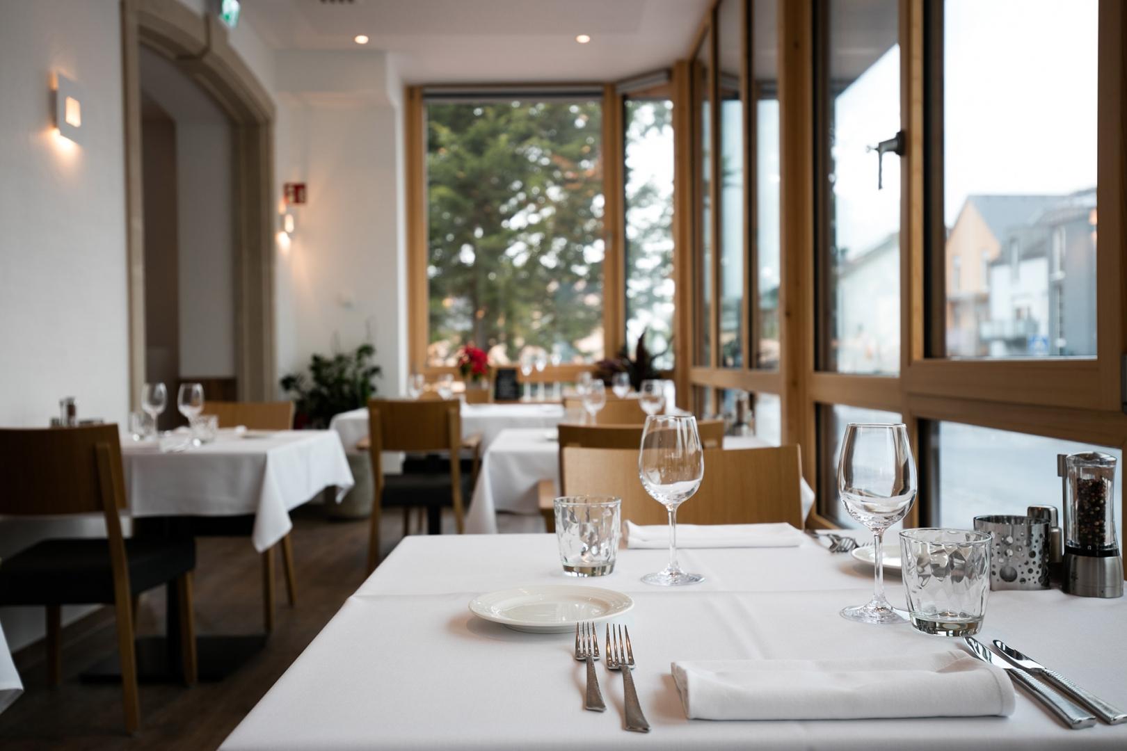 Restaurant terrace restaurant bettendorf for Hotel terrace and restaurant